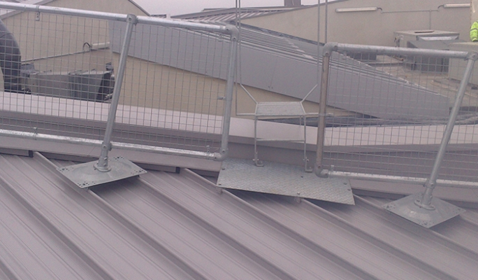 Roof guardrail system for metal roofs