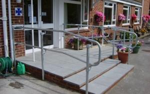 Mains courantes en kit pour rampes et escaliers kee safety france - Main courante exterieure ...
