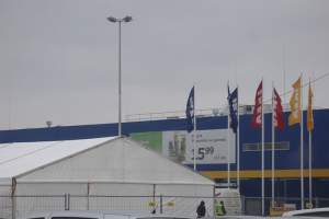 Free-standing roof edge protection systems for IKEA