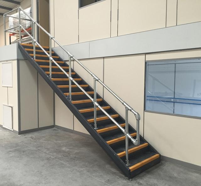 Raccords et clamps pour mains courantes et escaliers sur plans inclinés